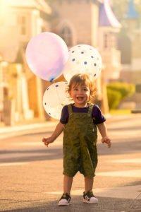 niño caminando en La Repu. DeOtroAngulo Foto Infantil