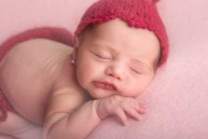 bebé recien nacido posando