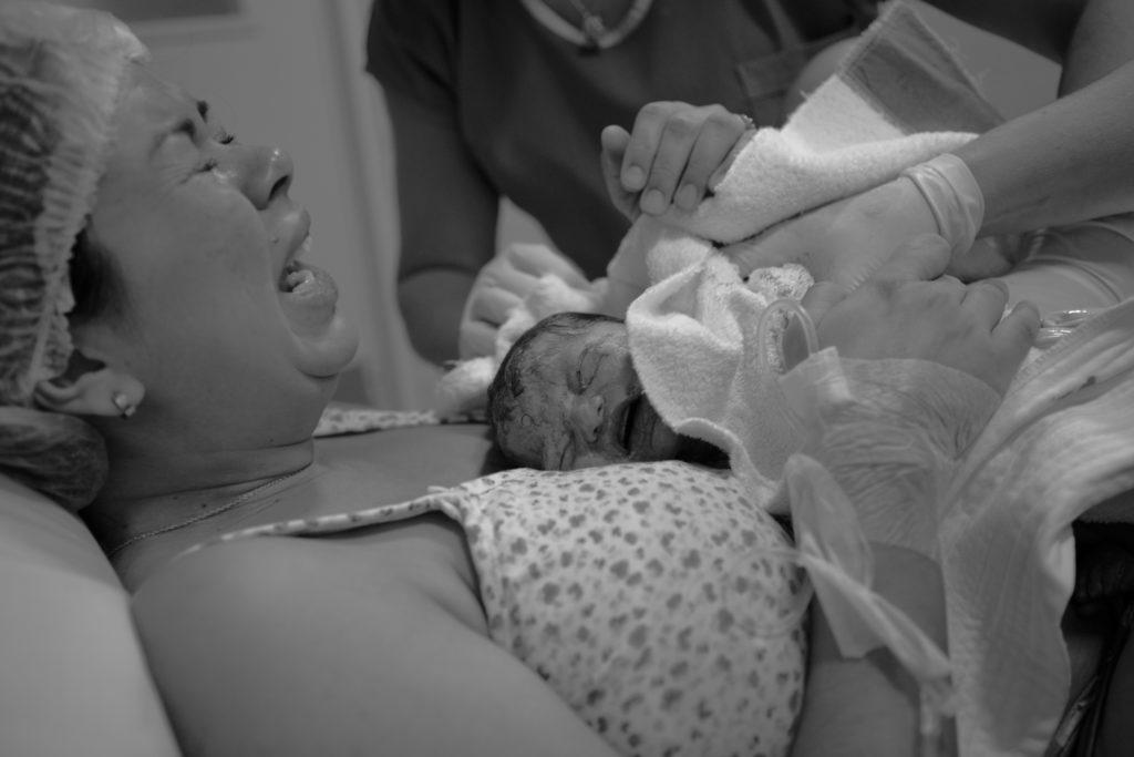 Fotografía de parto - bebe recién nacido conoce a su mama
